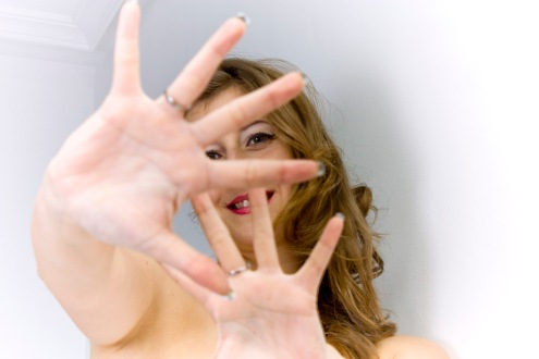 ¿Escondida entre tus dedos?